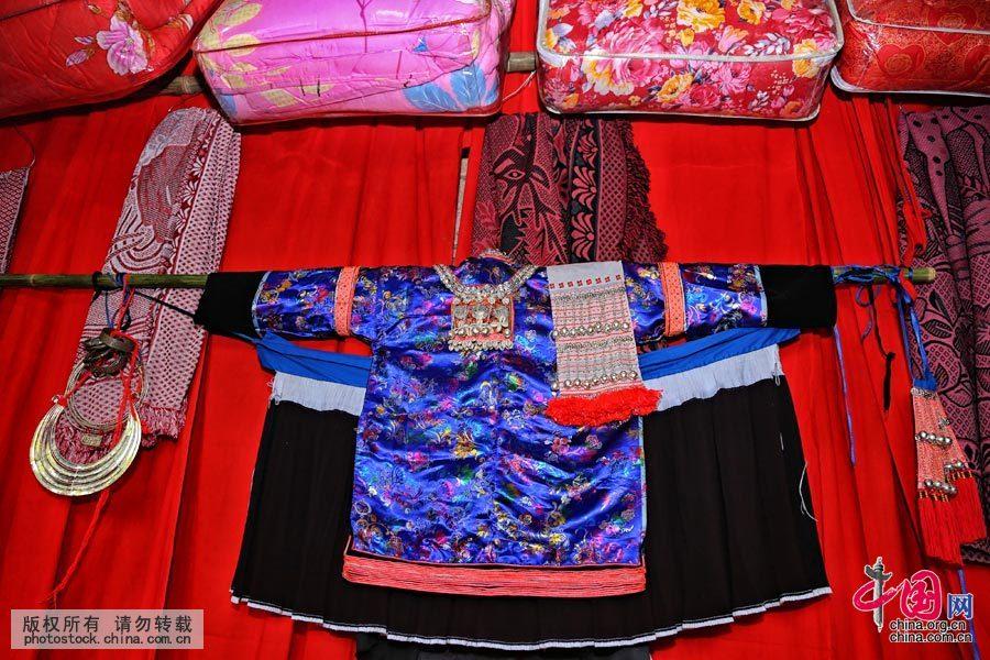 位于贵州惠水的摆榜是一个苗族聚居地,大年三十结婚这一习俗保留至今,独特而别有风味。贵州省惠水县摆榜乡的苗族婚礼,在人们传说中,蒙上了一层神秘的面纱