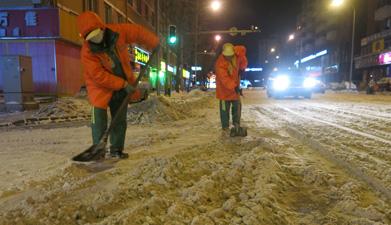 网络媒体走转改:大连暴雪 环卫工人清理积雪至深夜