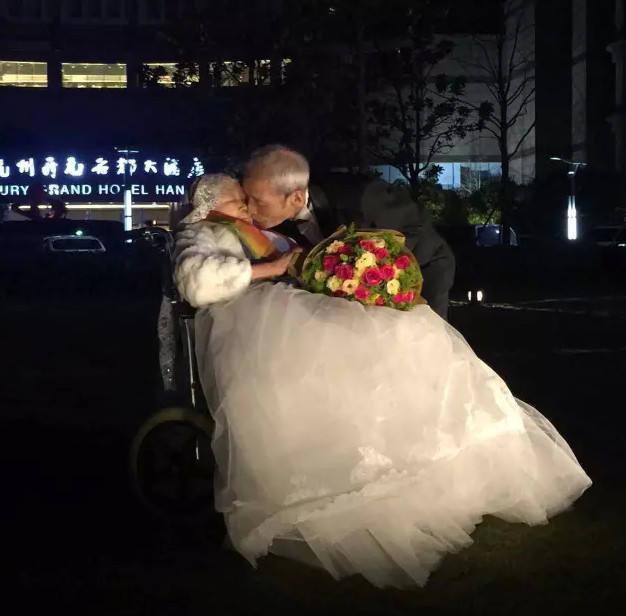 """84岁老人的浪漫蒂克——情人节租下整楼在夜色中向老伴闪亮示爱""""I love you——转引 - 江南一叟 - 江南一叟新闻眼 朋友您好,江南一叟欢迎您"""