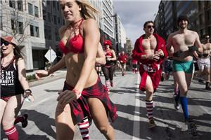 美国华盛顿民众零下6度穿内衣赛跑 美丽冻人