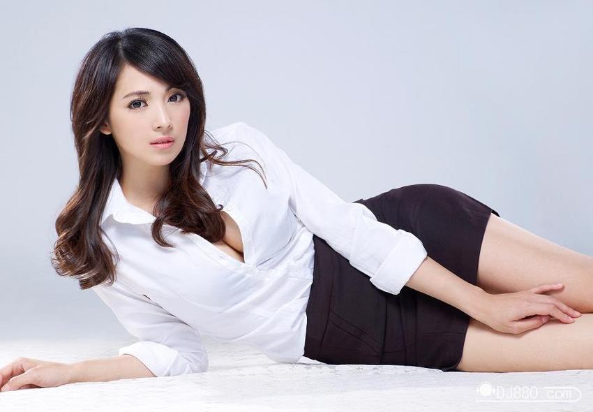 据台湾媒体报道,台湾网红阿喜(林育品)拥有童颜美貌,加上32E的火辣身材,出道至今人气不减,仍是许多宅男心目中的女神。阿喜往日性感生活照。阿喜往日在球场拍的性感照。阿喜往日晒出的性感照,大秀事业线。