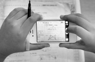 小学生拿手机做作业网上搜答案 网友:这是抄袭