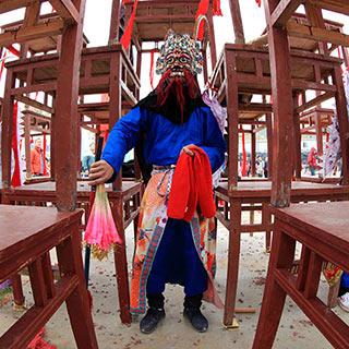 【非遗】探秘贵州高台地戏 高空中打斗似战争场景