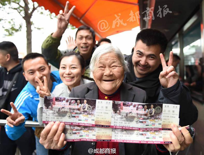 买到票后,孟老太和热心的球迷合影