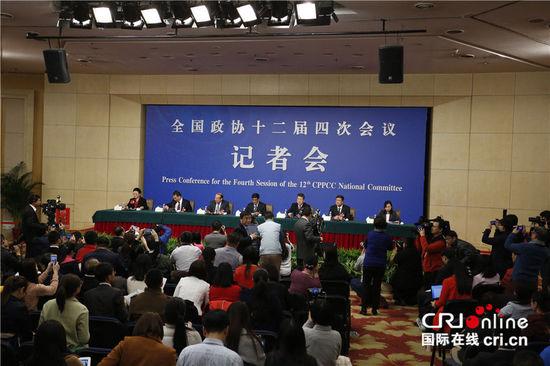 """""""政协委员谈提振经济发展信心""""记者会现场。摄影:沈湜"""