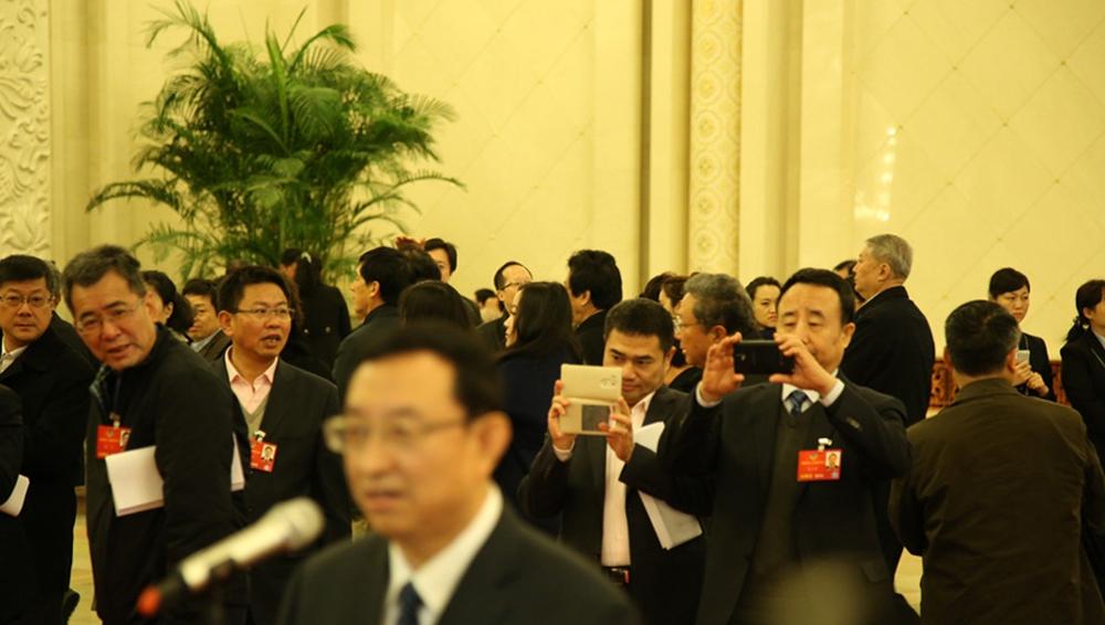 部长通道吸引代表委员围拍(组图)
