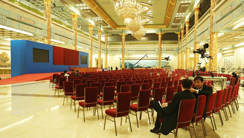 人民大会堂金色大厅为总理记者会做准备