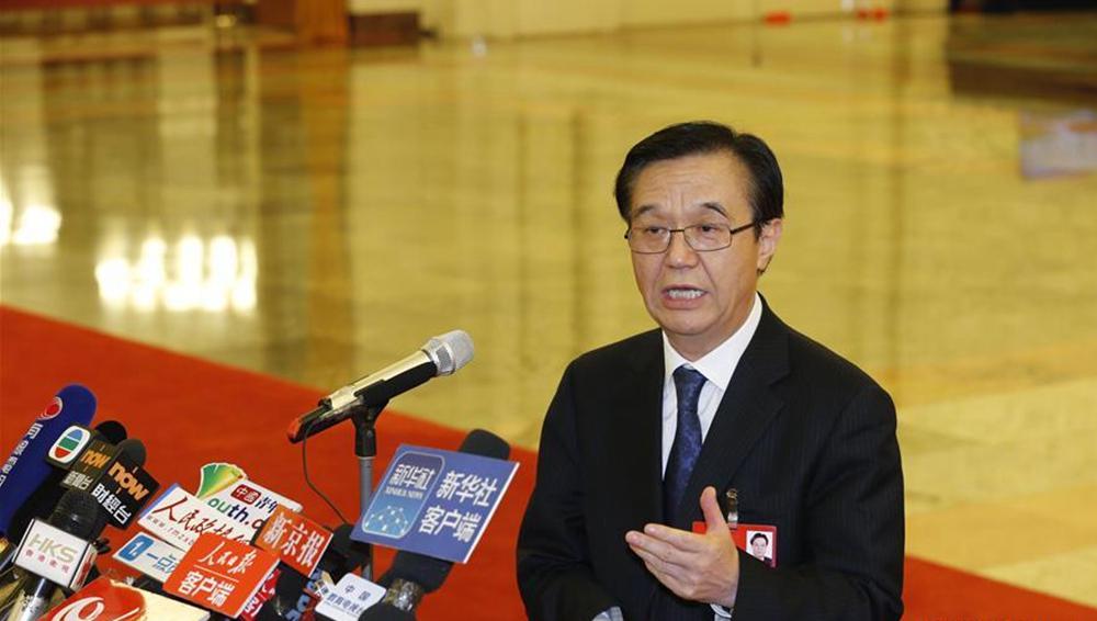 部长接受媒体记者采访