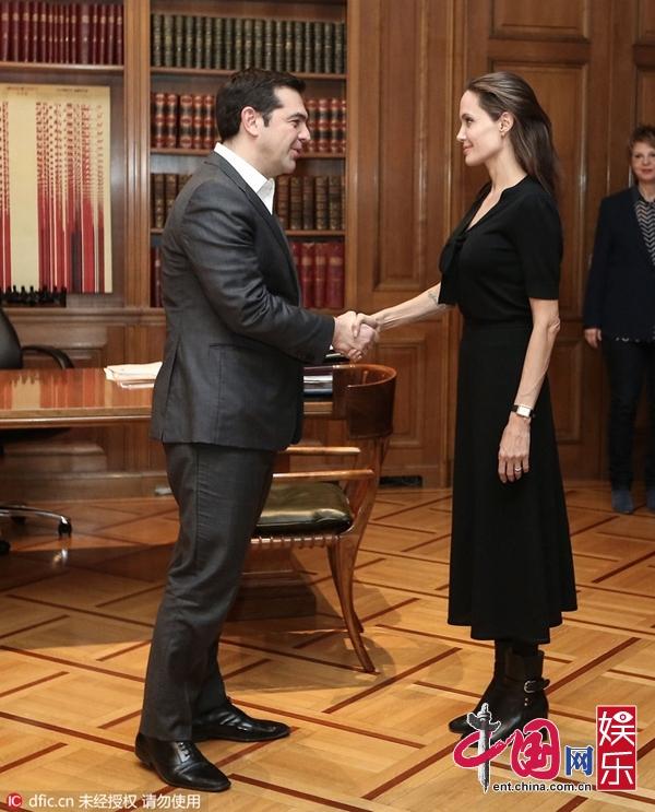 安吉丽娜-朱莉探访希腊难民营与总理会面 黑裙端庄
