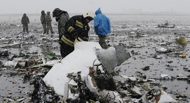 迪拜客机坠毁现场曝光 飞机残骸散落满地