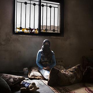 """摄影师记录叙利亚""""娃娃新娘""""的悲惨生活"""
