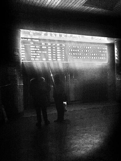 2月21日晚10点多,一些患者陆续赶到空军总医院大厅一层挂号