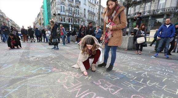 民众布鲁塞尔市中心广场书写悼词悼念遇难者