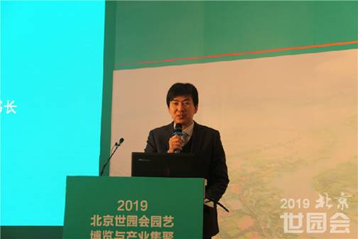 Zhang Yinchao, Deputy Secretary-General of China Flower Association is delivering a speech.