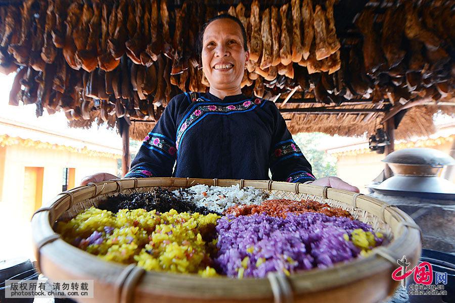 """""""壮族三月三""""传统节日临近,广西壮族同胞就开始忙着传统制作五色香糯米饭(又称""""五色饭"""", 因糯米饭呈红、黑、黄、紫、白五种颜色而得名),喜迎传统佳节到来。中国网图片库 韦万忠 摄"""