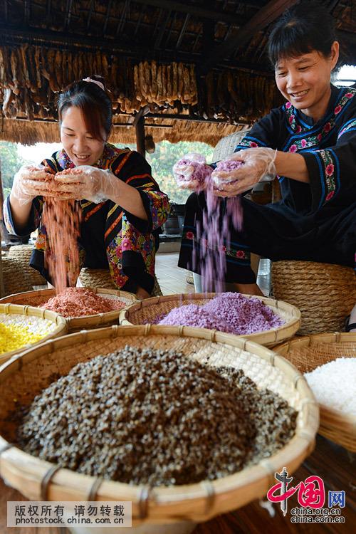 糯米分别浸泡染色,分色装笼上锅蒸熟即成色泽鲜艳、五彩缤纷、晶莹透亮的五色糯米饭。中国网图片库 韦万忠 摄
