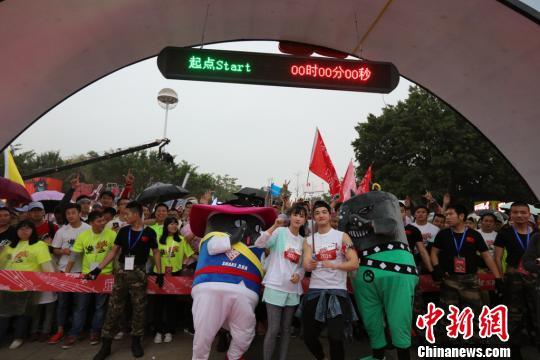 """時尚型男樊野和""""櫻花女神""""黃燦燦領跑Shake Run5公里路跑。 龍敏 攝"""
