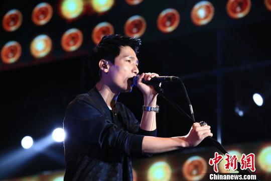 歌手陳楚生激情獻唱,《黃金時代》、《魚樂圈》、《有沒有人告訴你》等持續傳遞著音樂魅力,引發台下粉絲齊聲合唱。 龍敏 攝