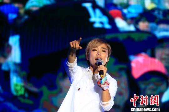 在賽後演唱會LIVE秀上,熱愛跑步的人氣歌手許飛也帶來一首首熱門單曲。 龍敏 攝