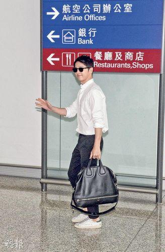 宋仲基香港机场帅气现身一度被围衣衫不整(图)