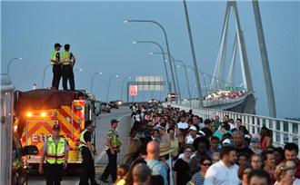 美国数千民众覆盖大桥声援教堂枪击案[组图]