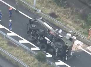日本自衛隊地震救援軍車發生側翻