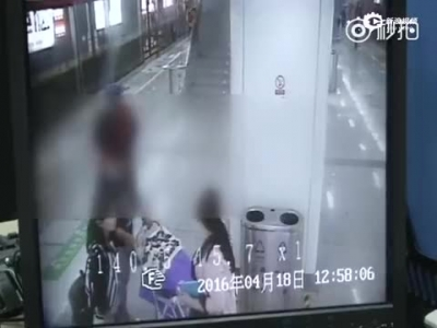 狠心!女子推翻婴儿车 网友:都是妈妈为何向婴儿下手?(组图)