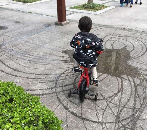 儿子等等骑车用积水绘画 邓超:这绘画的基因