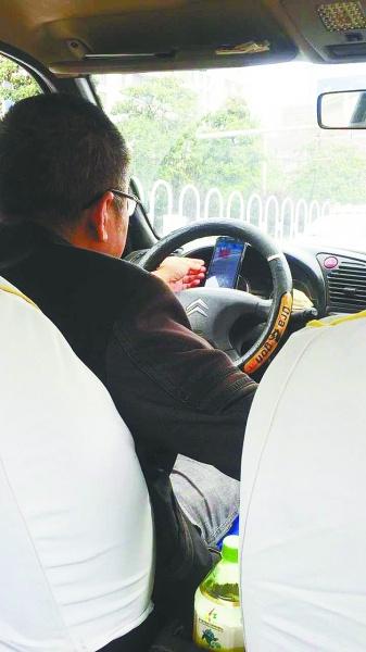 的士司机开车全程玩手机 不时打字聊天还抢红包
