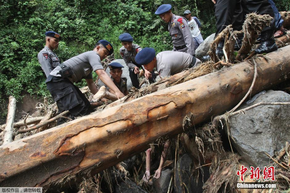 印尼山洪暴发袭击露营者 已发现17具遗体(组图)