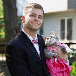 因缺少舞伴 美国单身小伙邀猫参加舞会 [组图]