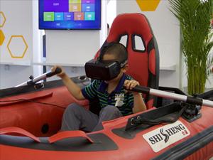 """第19届科博会:小朋友体验""""VR划船"""""""