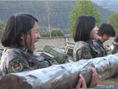 高原女兵训练 水中抱60多斤圆木仰卧起坐