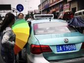 云南孕妇出租车上产女 路人打伞