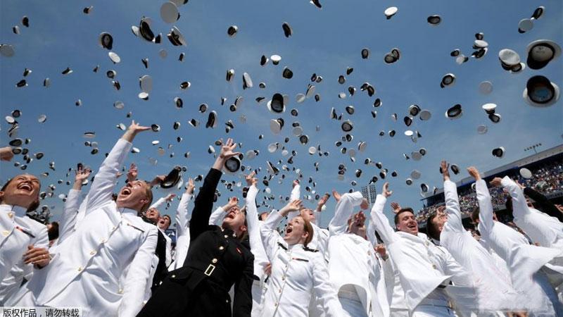 美国海军学院举行毕业典礼 飞行表演助兴