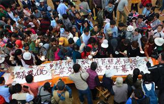 山东日照文化节制作5米蛋糕 上百人哄抢一空
