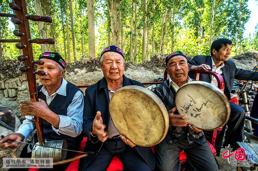 师们伴奏欢快的维吾尔族音乐.中国网图片库-不一样的婚礼 维吾尔