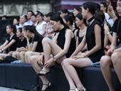 女模热裤广场面试尽显美长腿 众男子烈日下围观