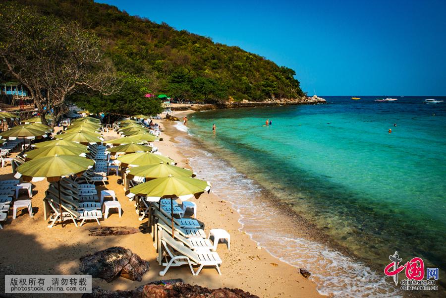海滩摆设着沙滩椅供游人享受阳光。中国网图片库祁军 摄  芭堤雅有热闹的水上市场,顾名思义就是一个位于水上的大型市场,位于芭堤雅郊区,那里也是电影《杜拉拉升职记》的外景拍摄地。市场商品丰富,物美价廉。