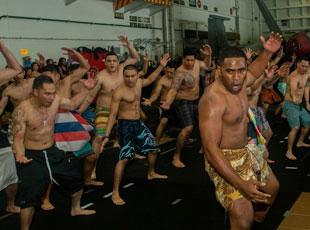 美军航母重返南海 舰员激情热舞