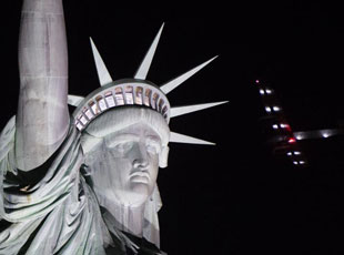 世界最大太阳能飞机飞跃自由女神像