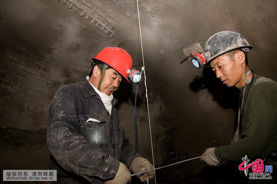 """[大国工匠]矿井下的""""拼命三郎""""吴子成 - 人在上海    - 中国新闻画报"""