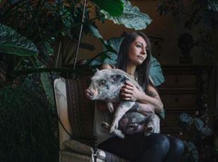 摄影师拍人类与不同动物之间的亲密友谊