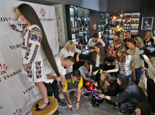 乌女孩发长2.45米创记录 打理一次需花费3小时