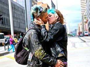 """阿根廷摄影师12个国家拍""""世界之吻"""""""