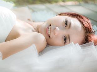22岁女主唱命丧浴室 绝美婚纱照成遗像