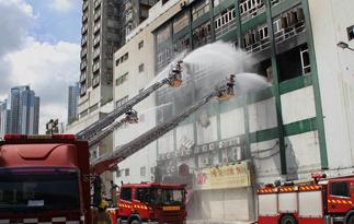 香港工业大厦火灾持续近3天 已致2名消防员牺牲