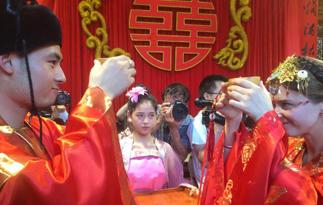 中国小伙用中式婚礼迎娶乌克兰新娘