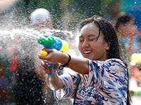 北京气温创新高 民众泼水享清凉[组图]