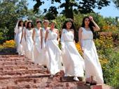 选美佳丽身着白裙 高山草甸拍摄创意照